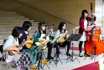 岩手大学マンドリンクラブのメンバーによるマンドリン・コンサート